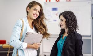dos mujeres emprendiendo un negocio