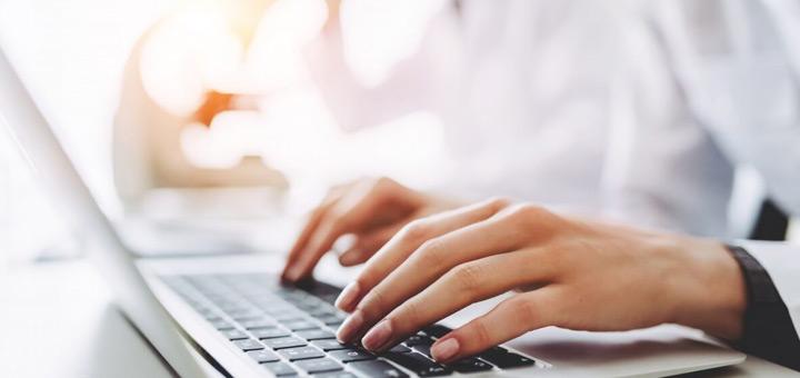 revisa sitios web de empleo