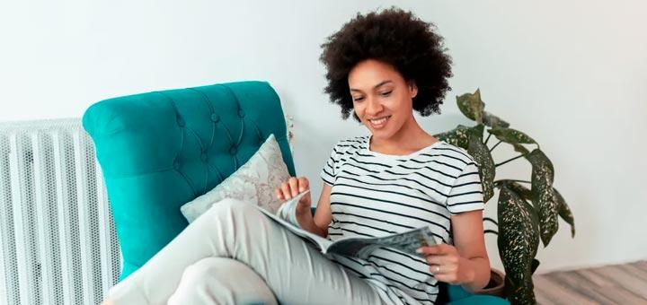 mujer leer revista silla