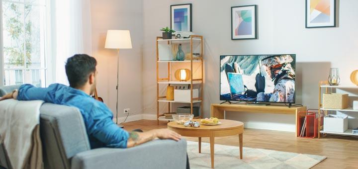 hombre televisión sala