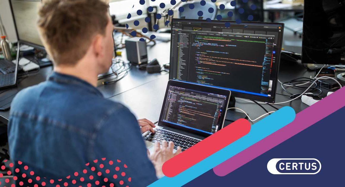 hombre computadora código programación