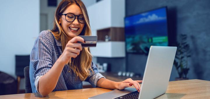 mujer laptop tarjeta crédito comprar