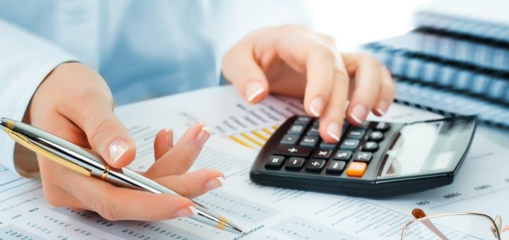 mujer calculadora contabilidad