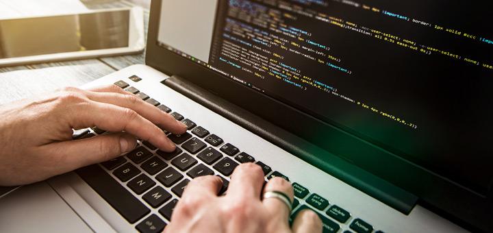 manos laptop programación
